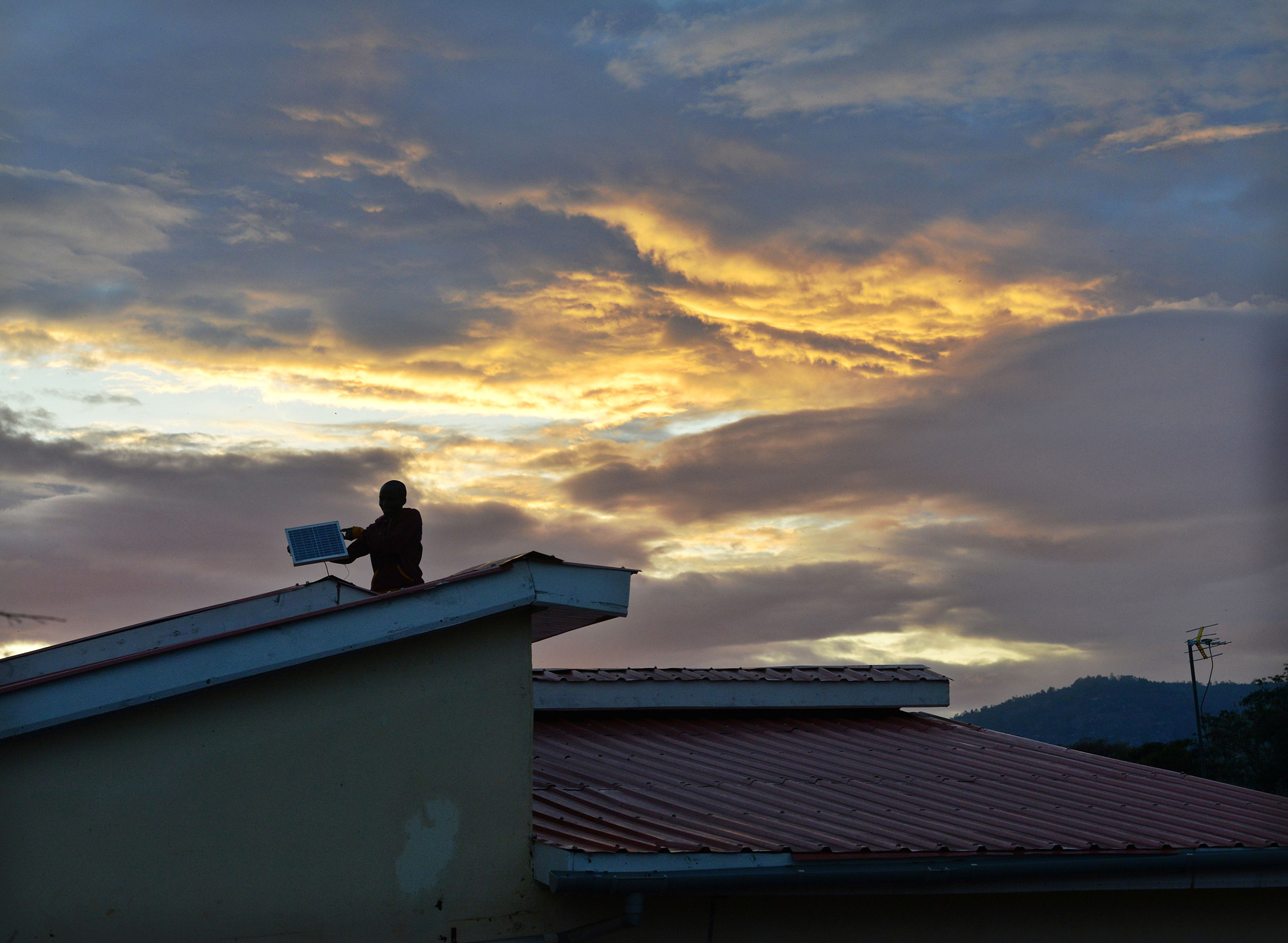 冷蔵庫は使えないが電灯とテレビが使える家庭がアフリカで急増中