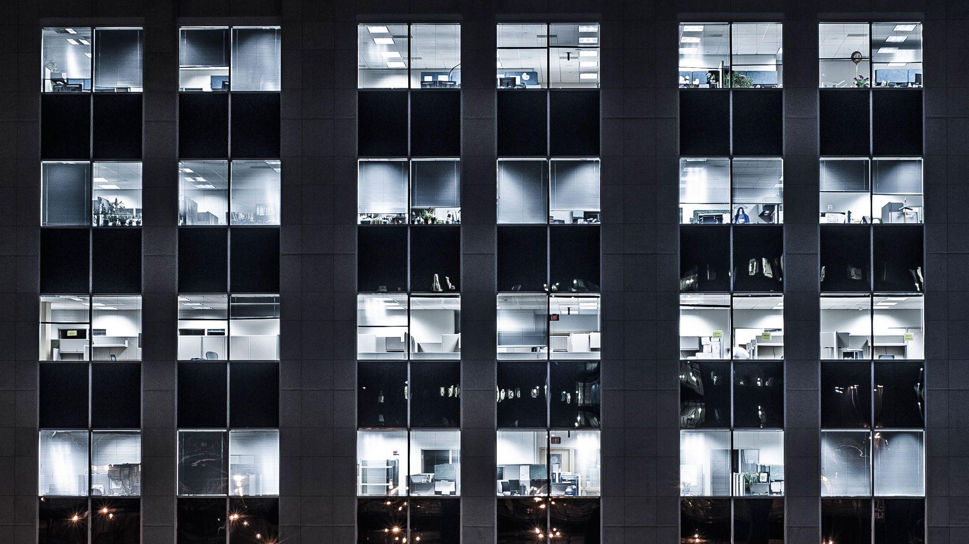 パーティションに監視装置 オフィスの効率化にスマートデバイス