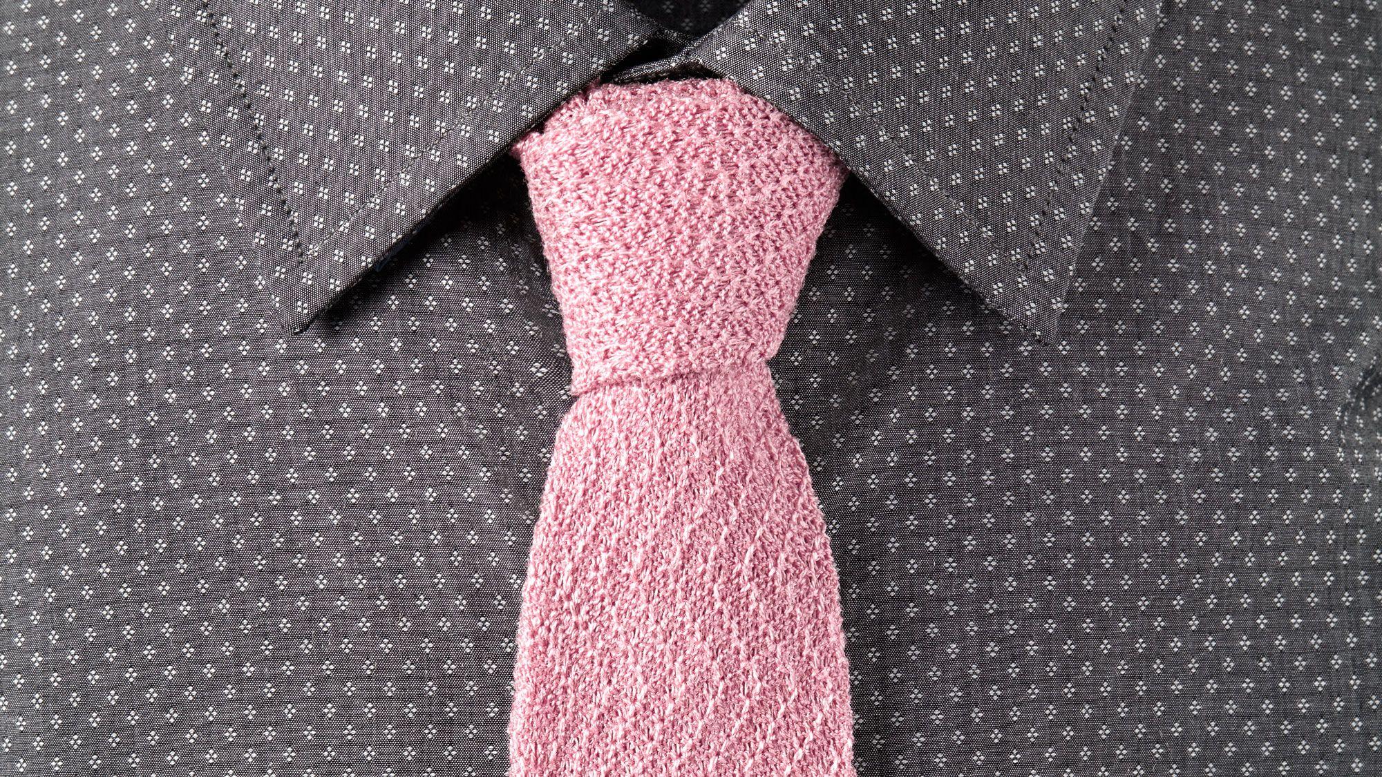 合成したクモの糸でネクタイを作った? だから何?