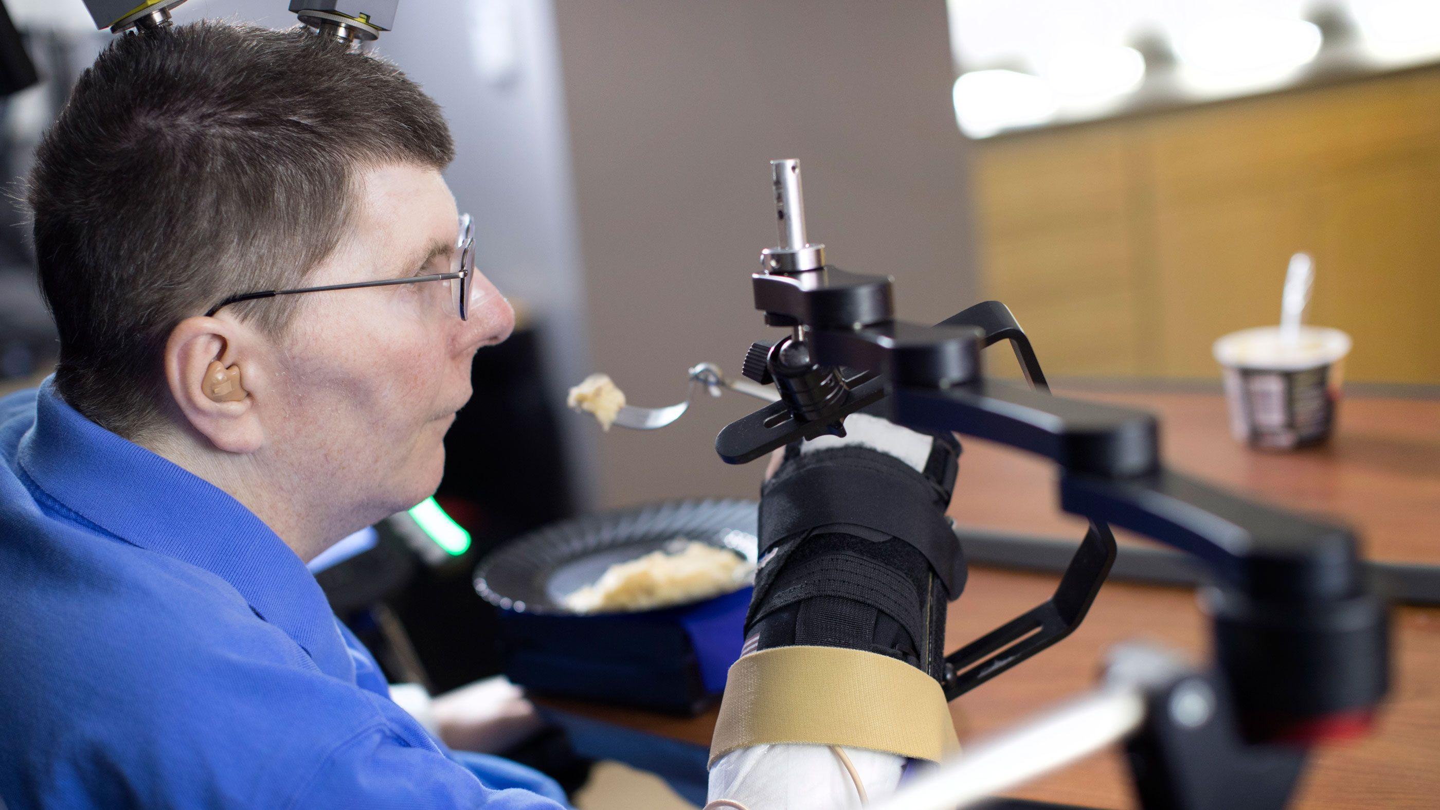 麻痺男性、 10年振りに 自分の手で食事