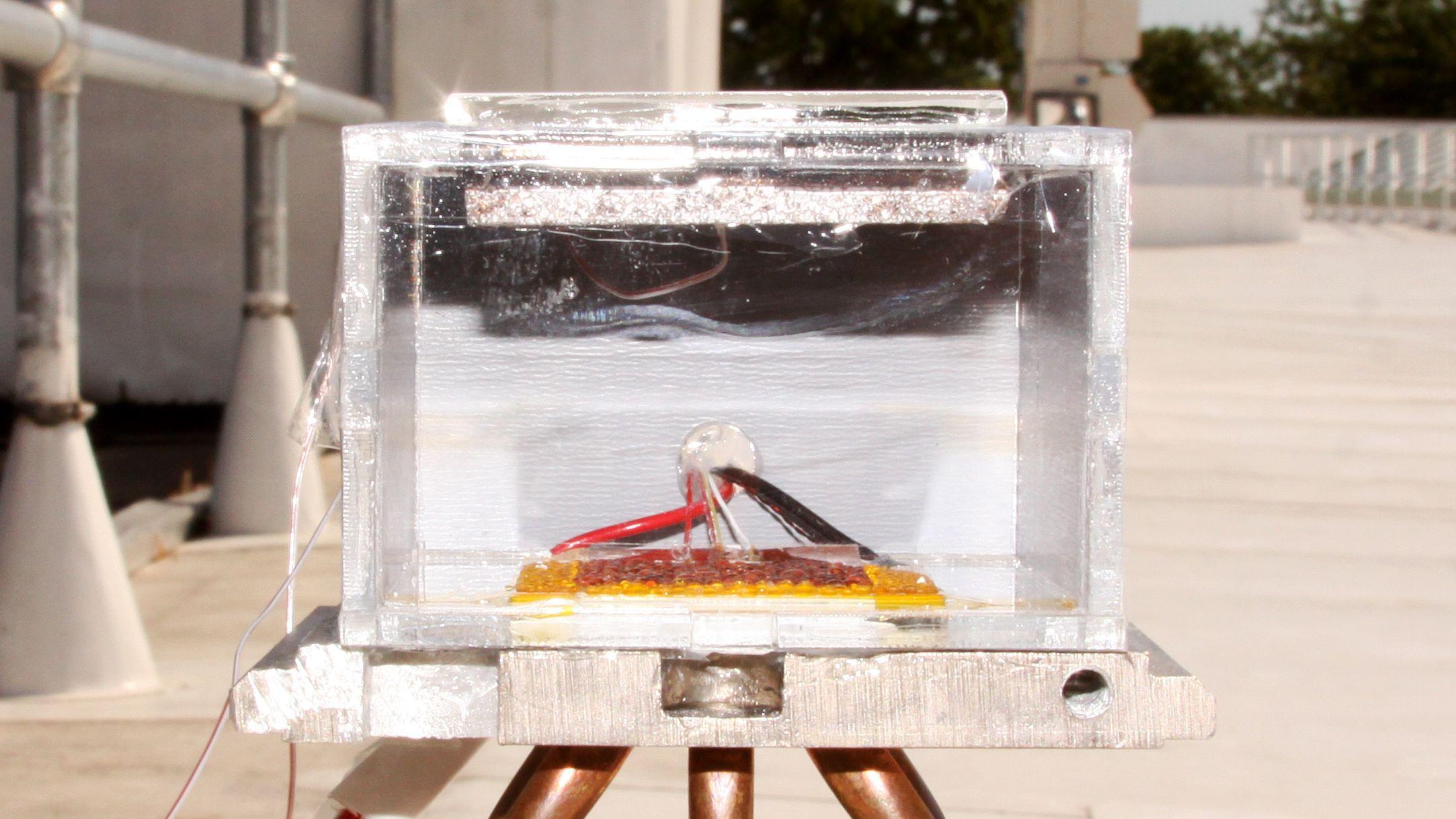 砂漠の大気から1日数リットルの水を作り出す新装置