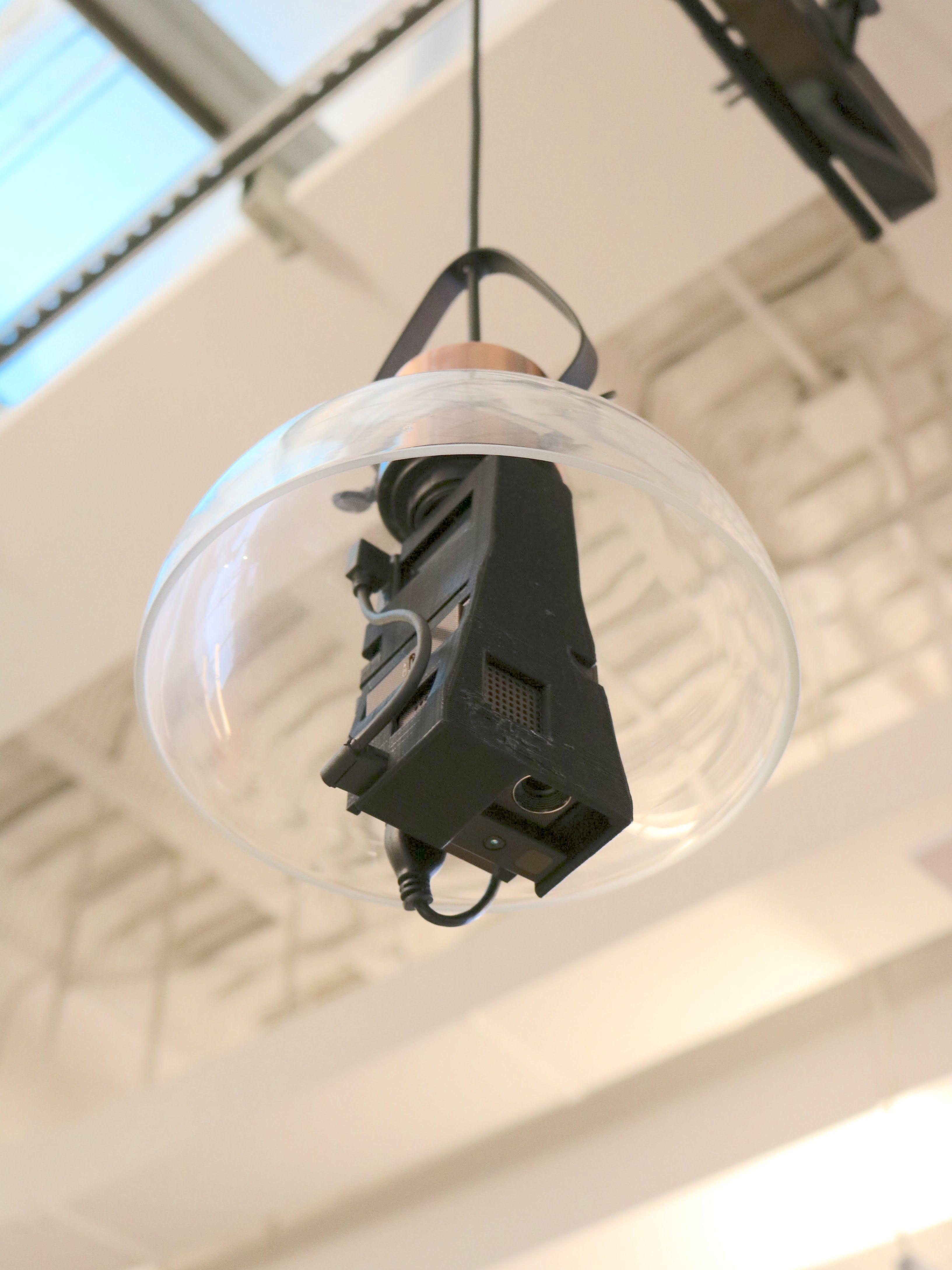 机や壁をスマホの画面に変える電球型ARガジェットが開発中