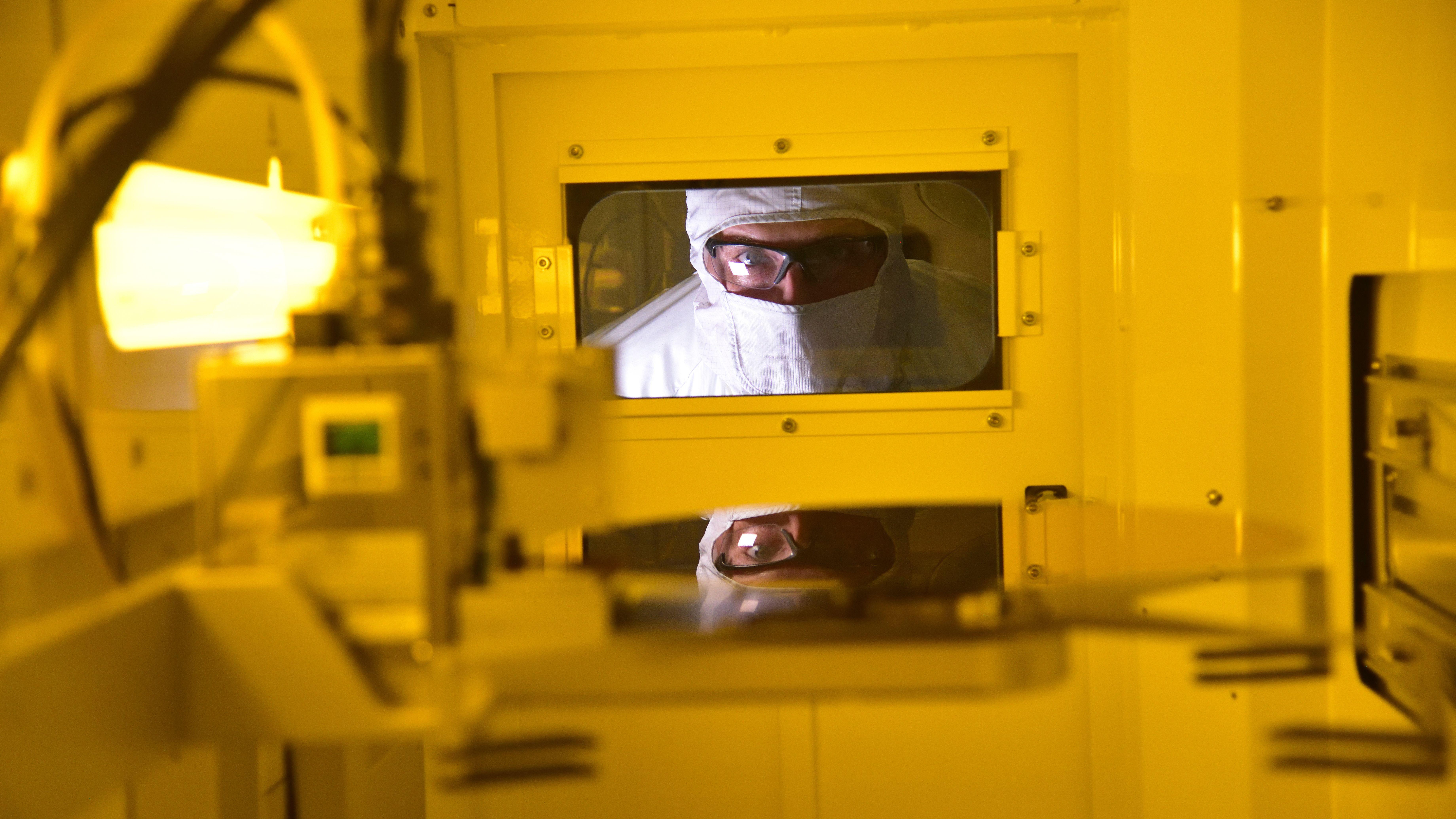 出遅れたインテル、量子チップ製造開始でトップに躍り出る