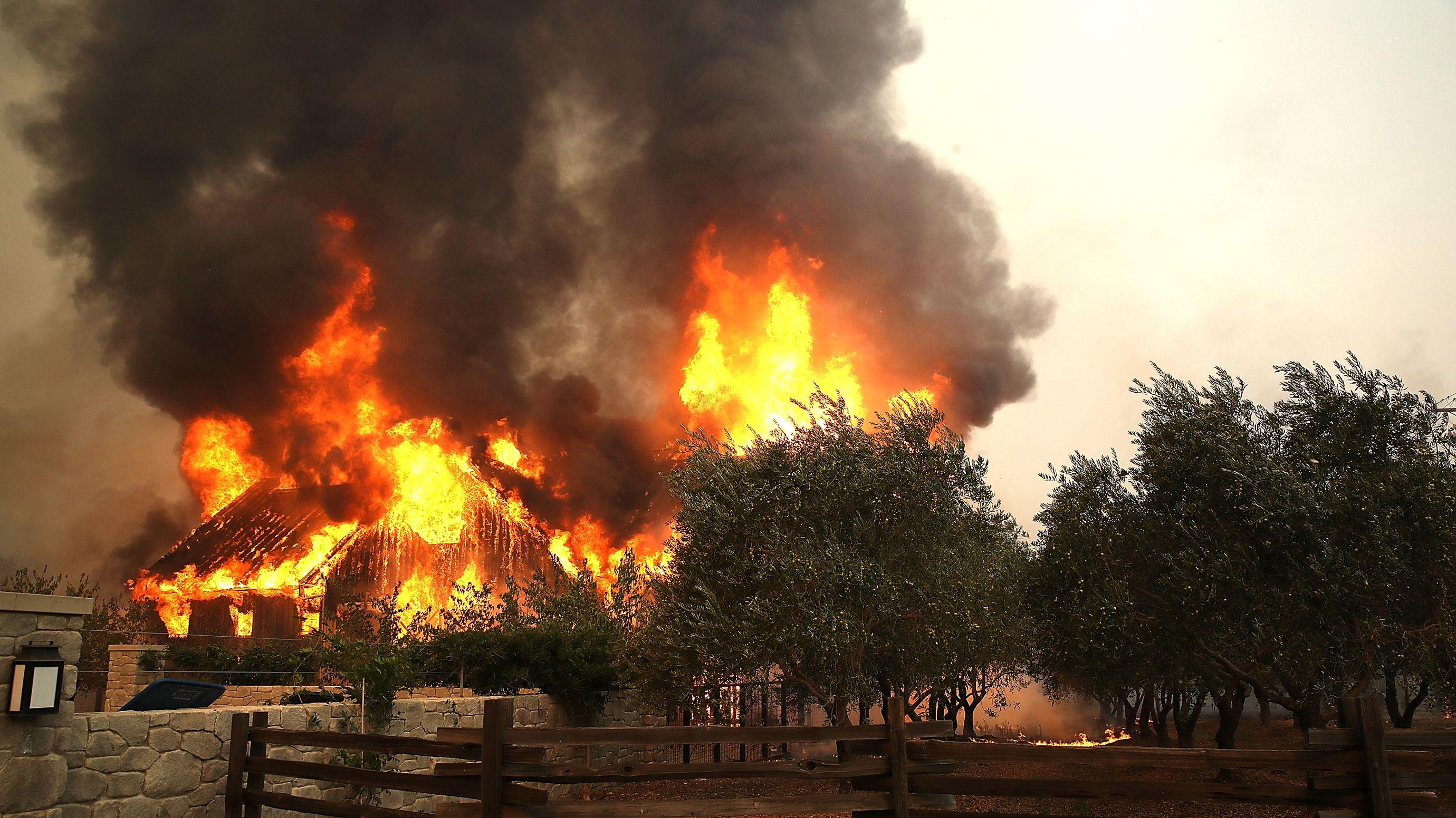カリフォルニア州で過去最悪の山火事、気候変動も影響か
