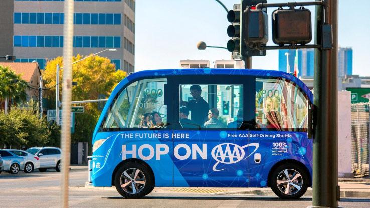 ラスベガスの自律運転バス、走行初日に接触事故