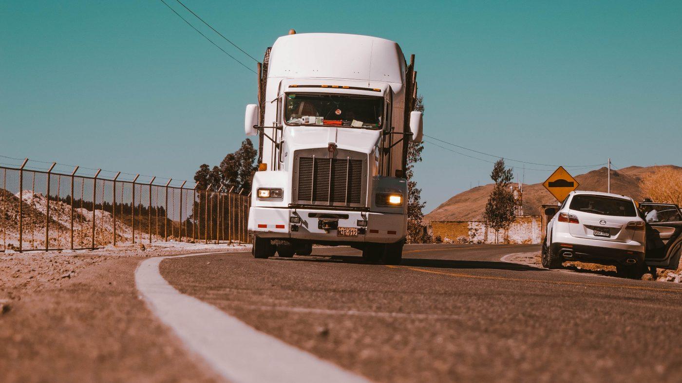 深刻なトラックドライバー不足、自動運転は「パンドラの箱」か