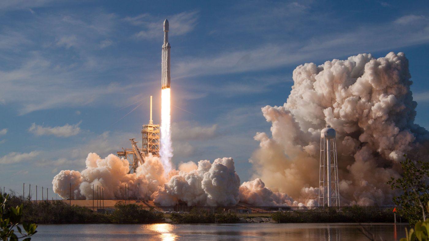 スペースXが大型ロケットの打ち上げに成功、宇宙開発の価格競争始まる