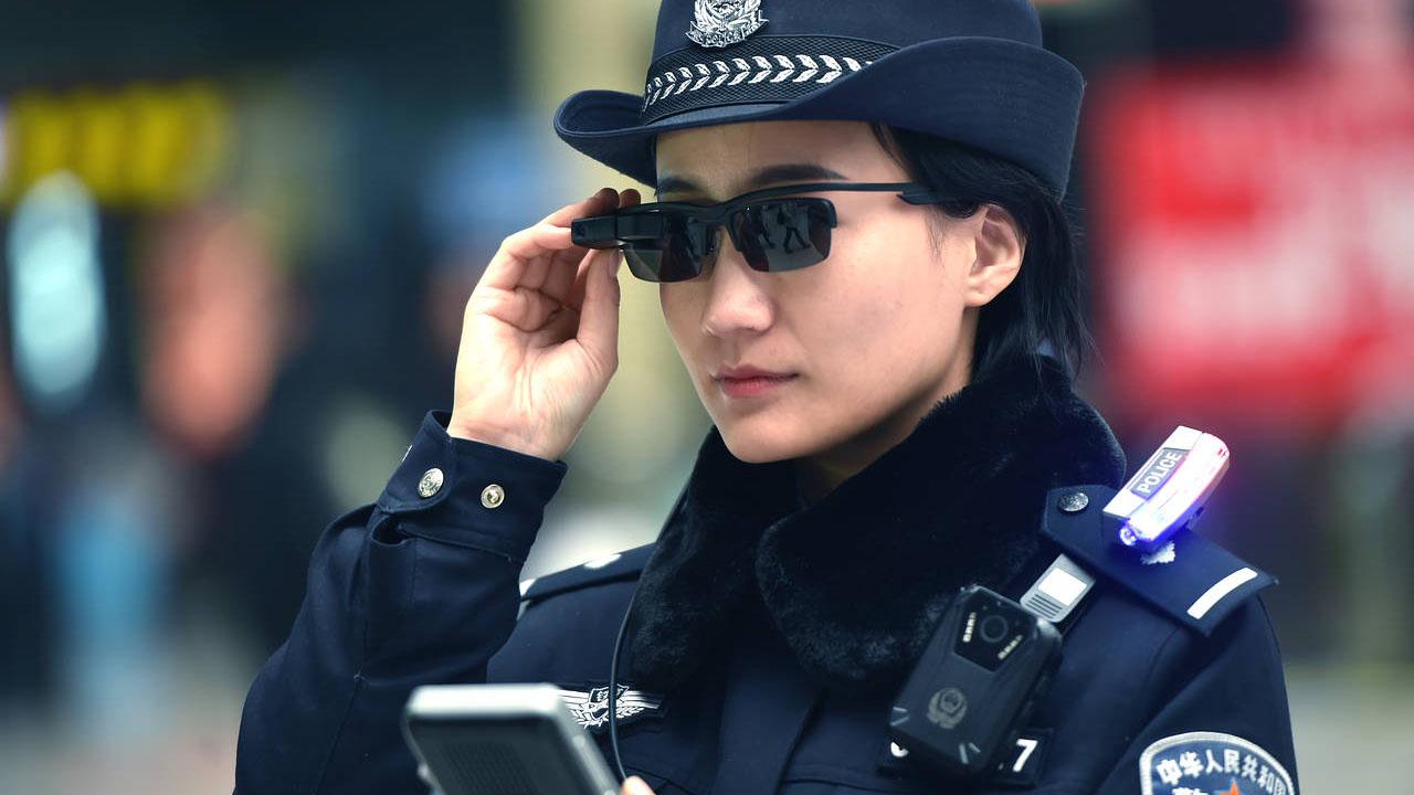中国警察がサイバーグラスを導入、顔認識で指名手配犯を逮捕