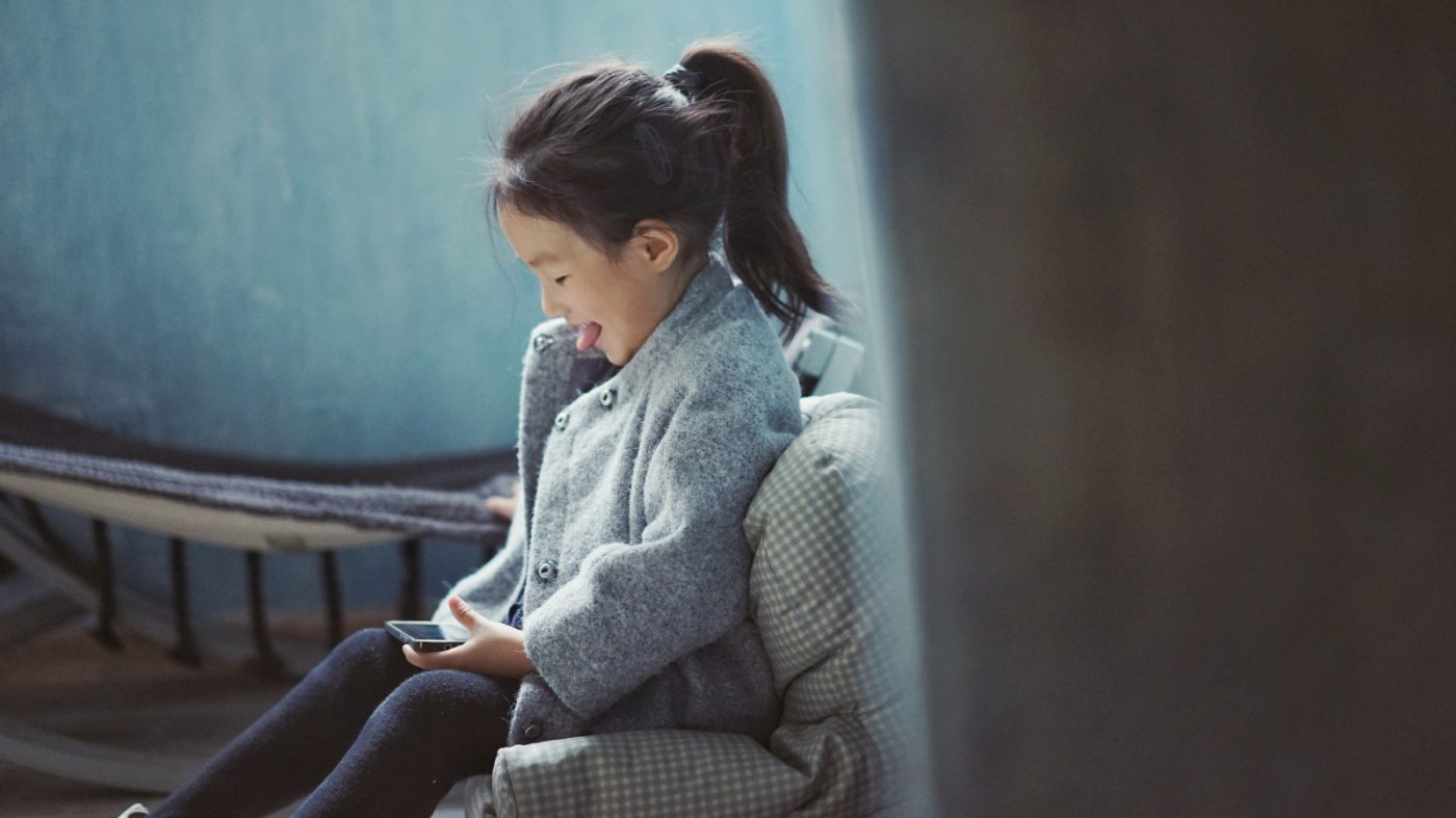 半数近くの親が子どもの「スマホ中毒」を心配、その影響は?