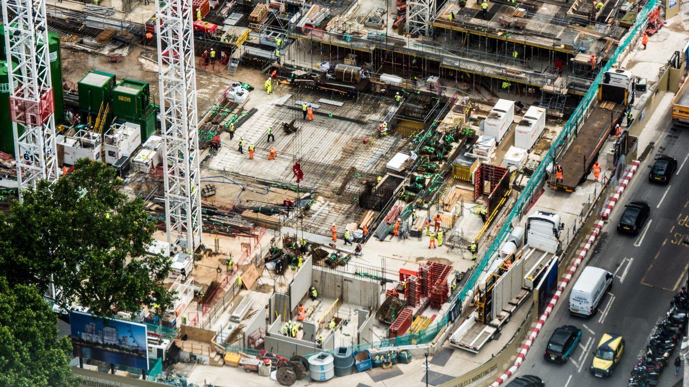 ドローンが建機を誘導、建設現場の自動化が進行中