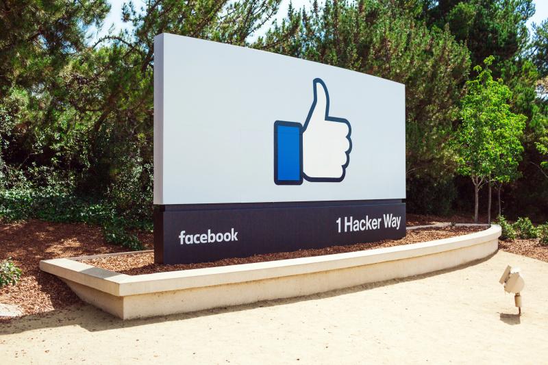 トランプ陣営がデータ不正入手か、フェイスブックが利用を停止