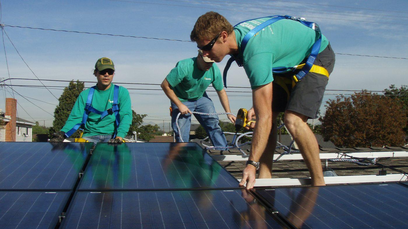 テスラに新たな試練、太陽光部門の財務リスクが表面化