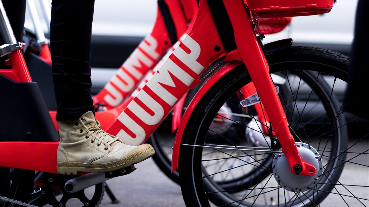 ウーバーがシェア自転車企業を買収、放置自転車問題に懸念