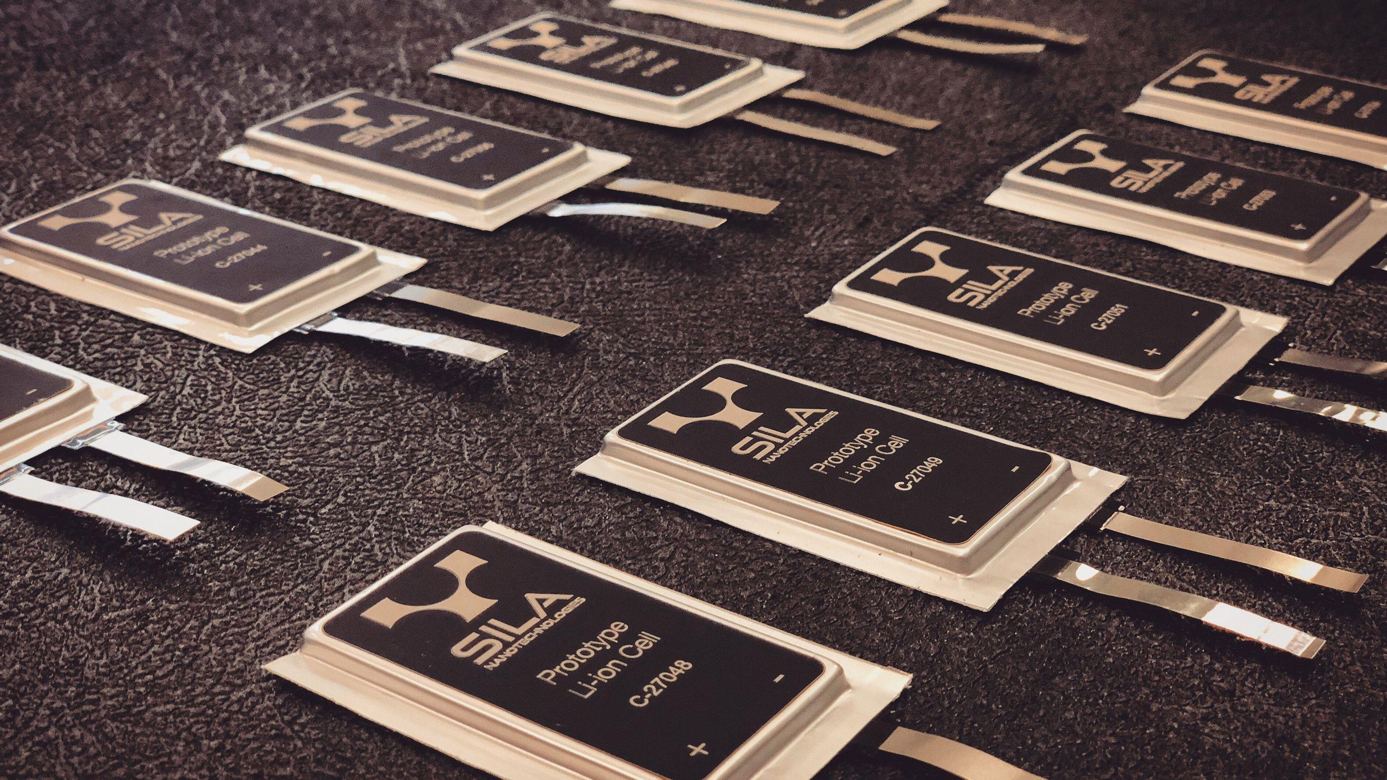 リチウムイオン電池の性能を2桁向上、BMWが採用決めた新素材