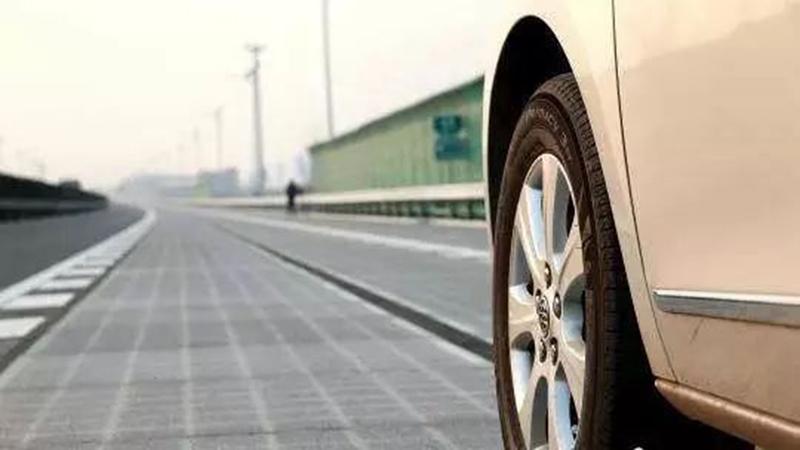 中国がスマート・ハイウェイを試作、道路から情報と電力を供給