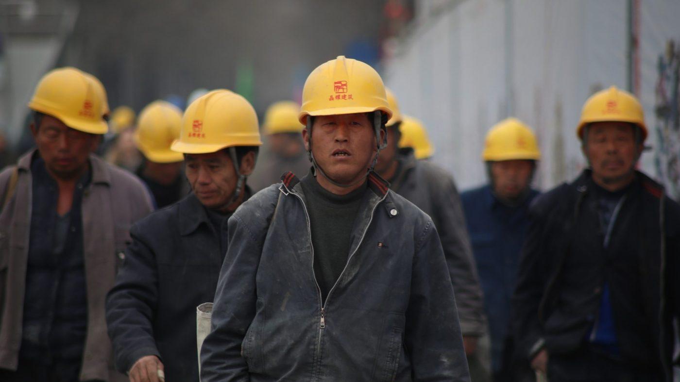 中国企業、脳波ヘルメットで従業員の「感情」を監視