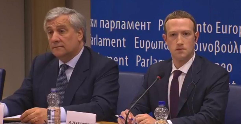 フェイスブックCEOが欧州議会で謝罪、「記念撮影」に応じる姿も
