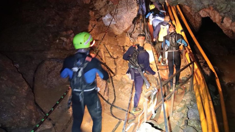 タイ洞窟遭難事故、救助活動にドローンも活躍