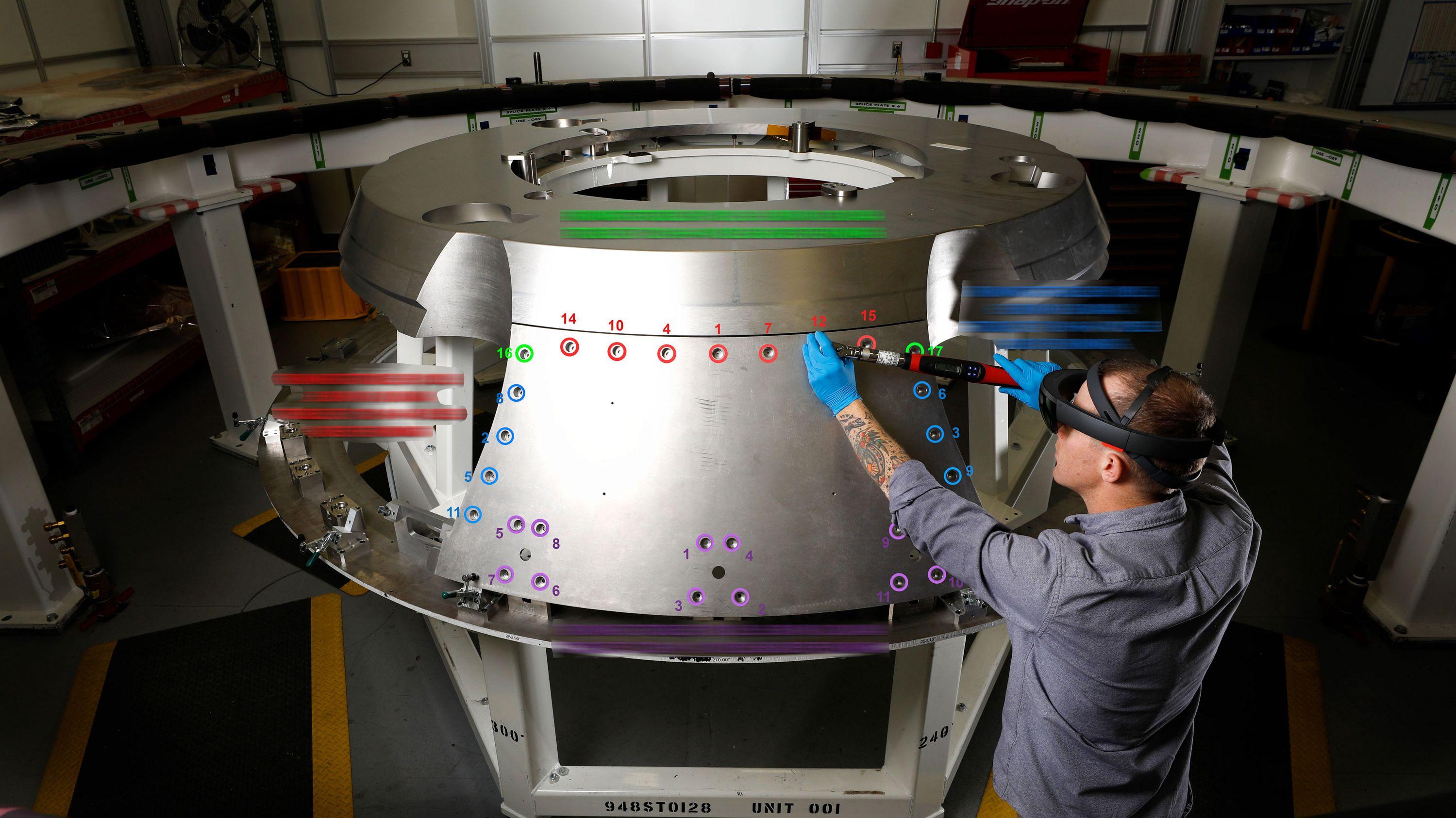 ARで宇宙船の組立てに異変 現実になった「未来の工場」