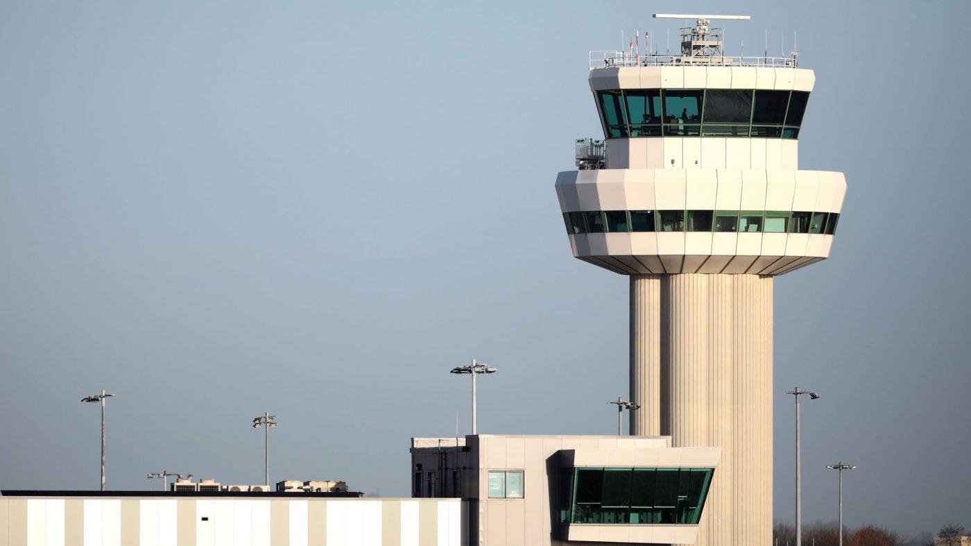 ドローン妨害で英空港が閉鎖、最大11万人に影響