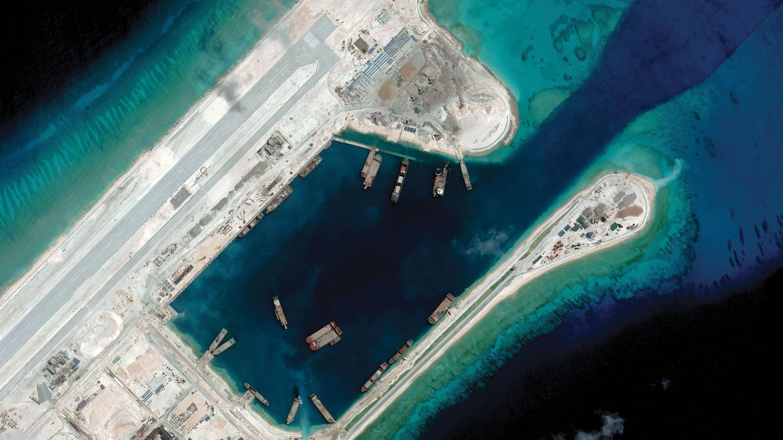 世界地図を更新し続ける 中国の巨大浚渫船