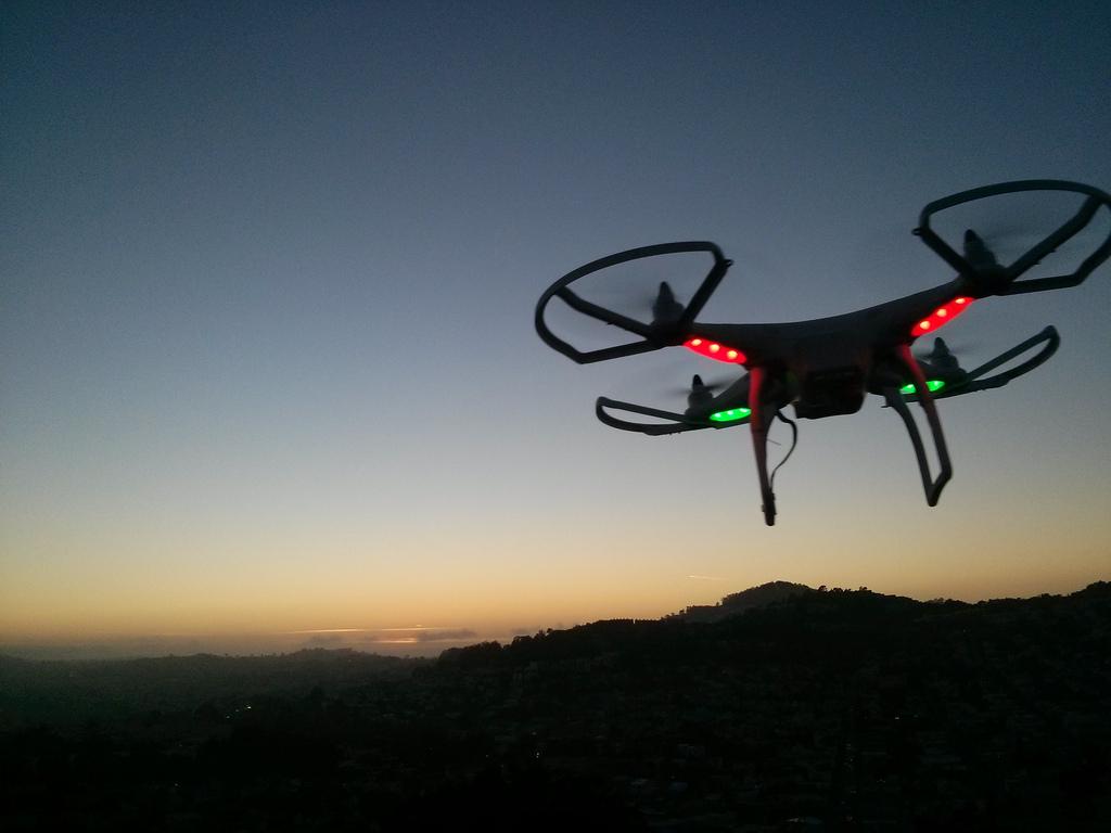 米FAAがドローンの規制緩和案を発表、人口密集地や夜間の飛行も