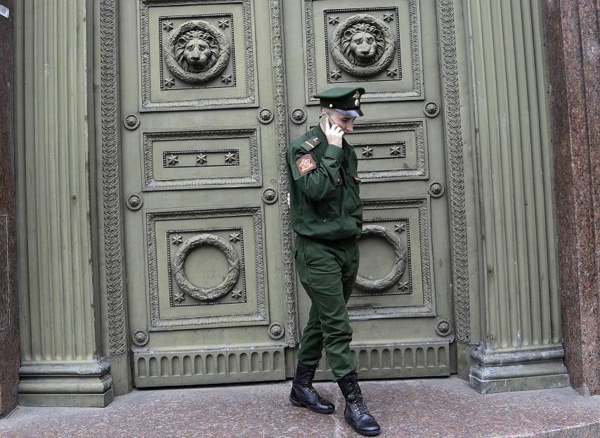 ロシア、軍人のスマホ使用を禁止へ