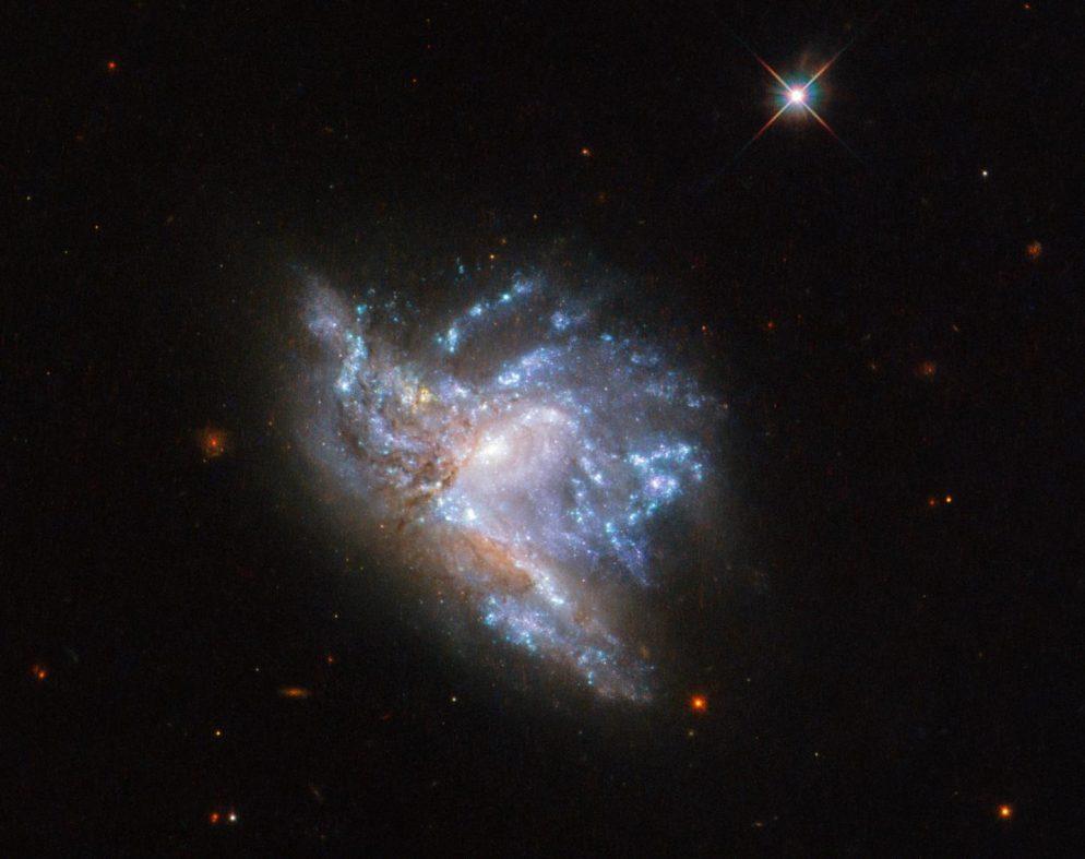 2つの銀河の衝突をハッブル宇宙望遠鏡が捉えた新画像