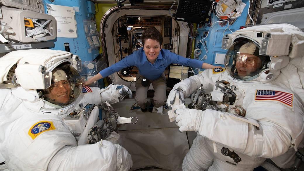 宇宙飛行士2人が船外活動、国際宇宙ステーションのバッテリーを交換