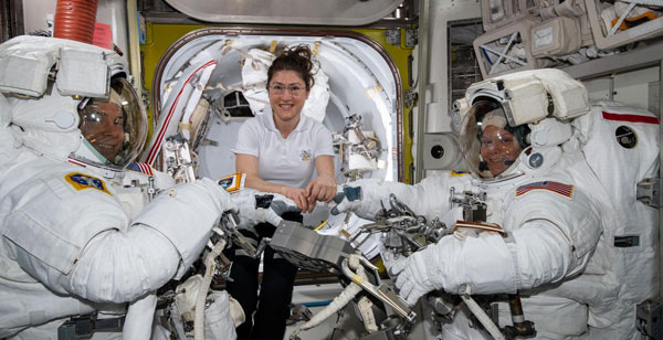 NASAが初の女性だけの船外活動を中止、宇宙服のサイズ不足で