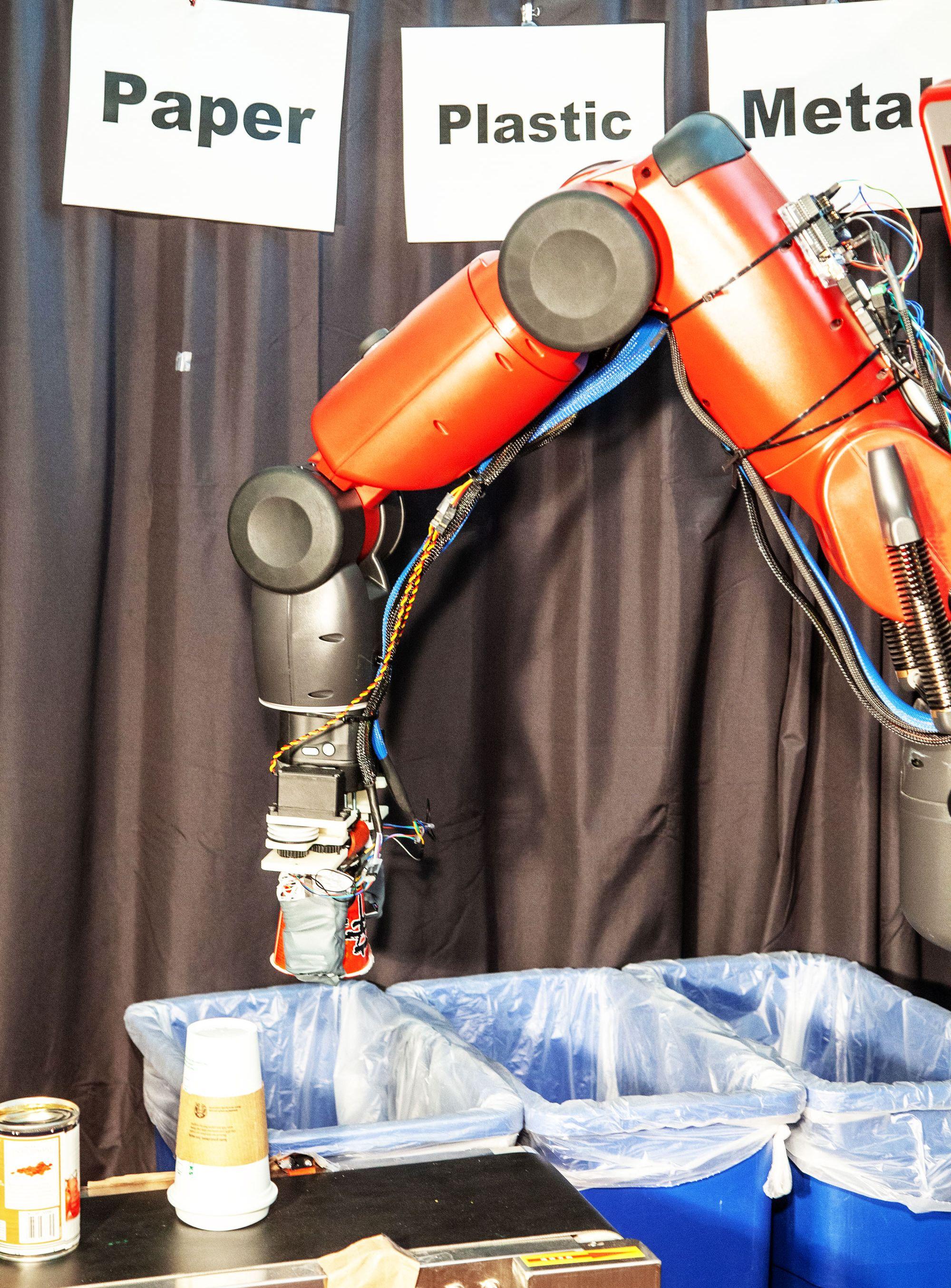 ゴミを直接「触って」仕分け、MITの新型リサイクルロボ