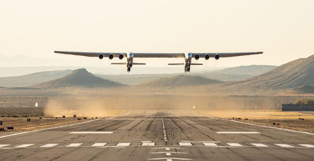 世界最大級の航空機「ストラトローンチ 」が初飛行に成功