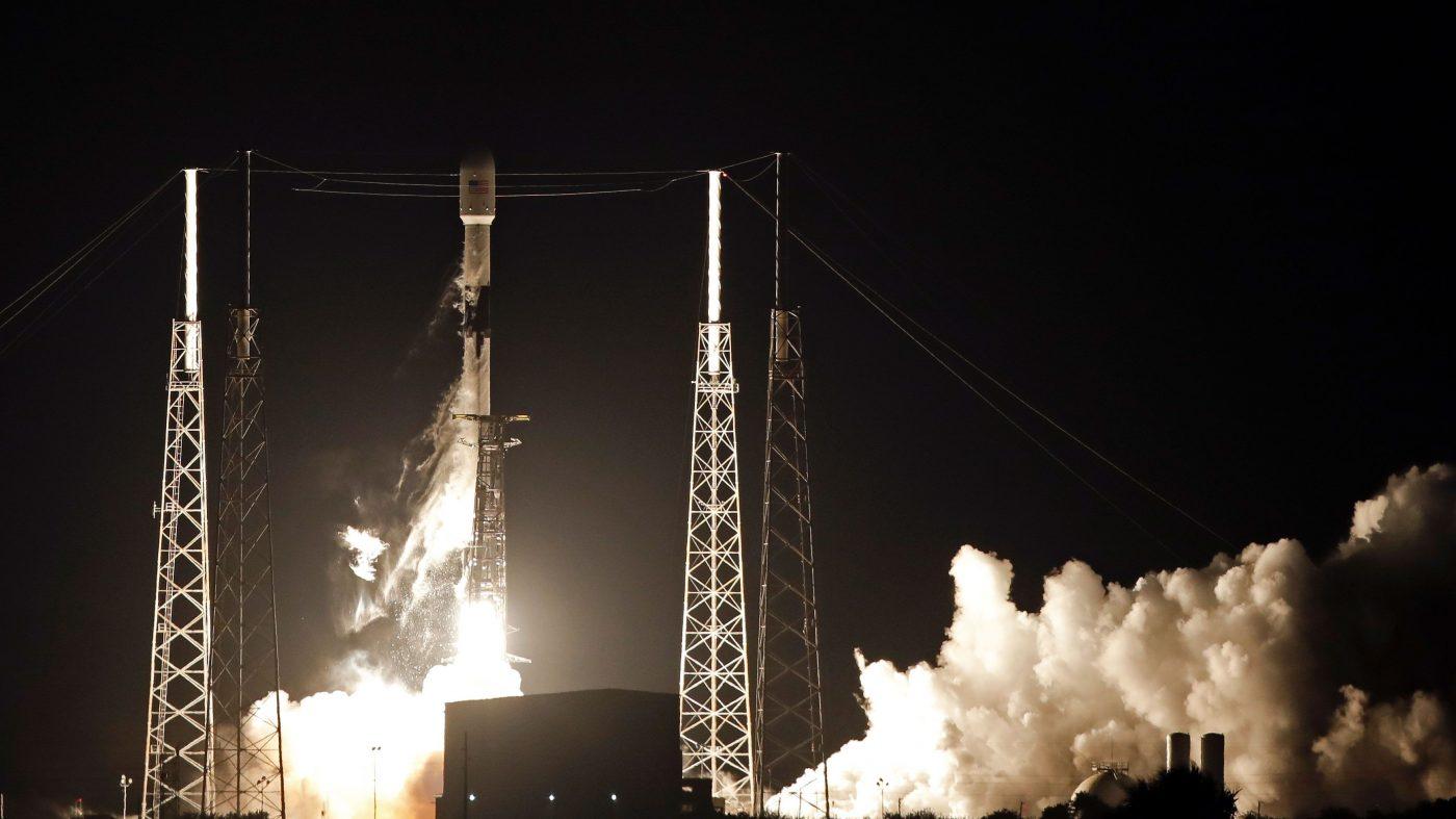スペースX、インターネット衛星60基を打ち上げ