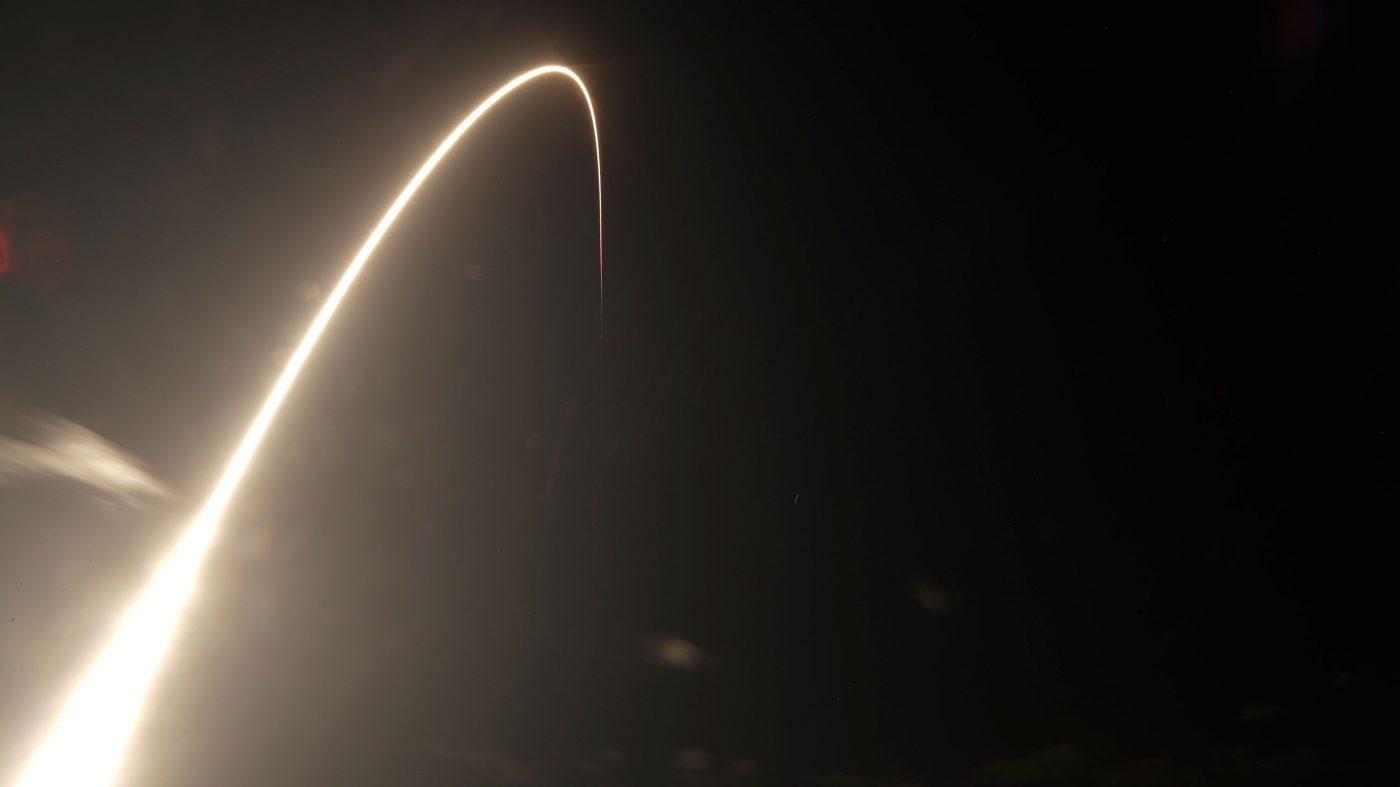 「明るすぎる」スペースXの人工衛星群、天文学者から批判