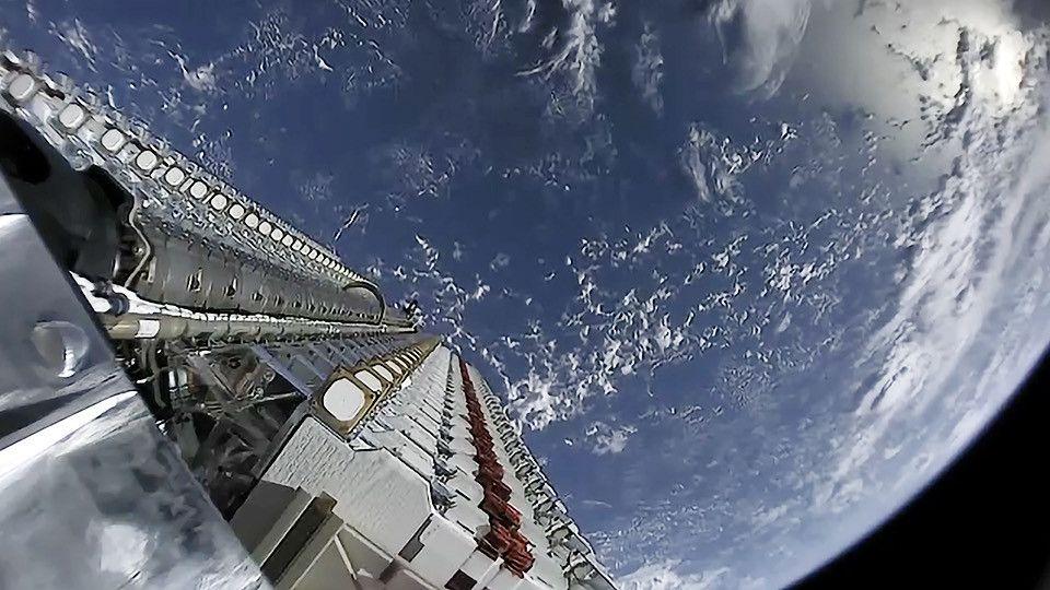 スペースXのネット衛星群、3基と通信が途絶えるも「順調」