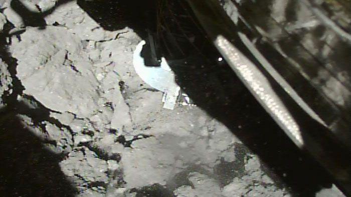 はやぶさ2が小惑星リュウグウに2回目の接地、試料採取に成功