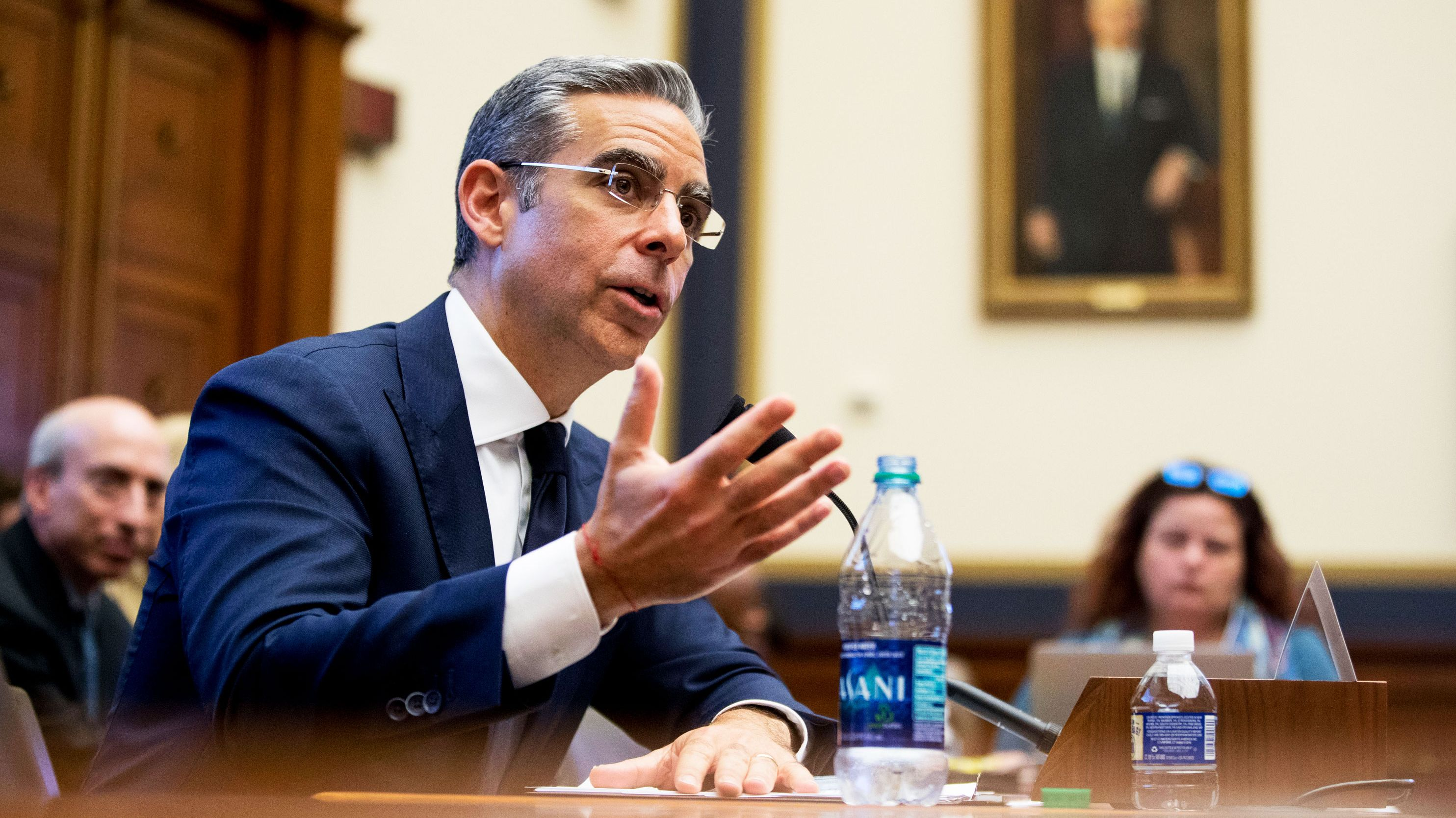 「FB銀行」は認めない、 米議会がリブラ責任者を追及