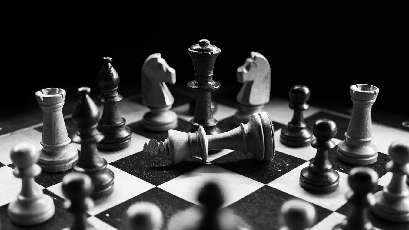 「言葉で学ぶ」が新トレンド? 解説でチェスを習得するAIが登場