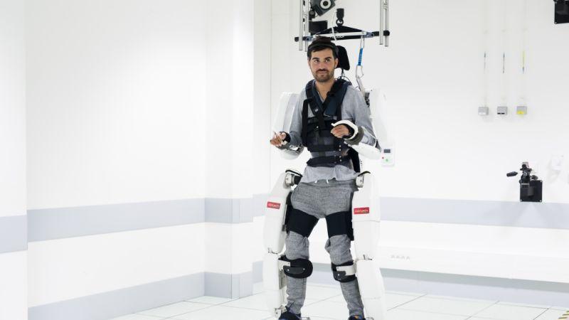 麻痺患者がパワード・スーツで歩行に成功、脳波で操作