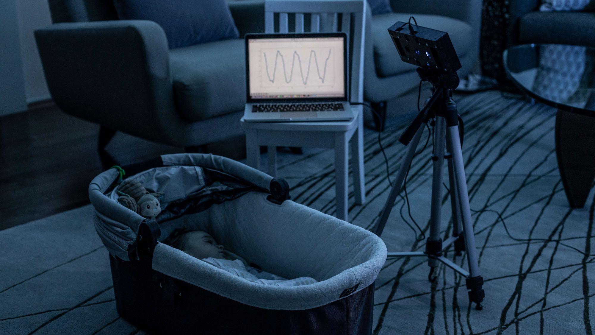 「アレクサ、赤ちゃんを見てて」ホワイトノイズで呼吸を監視