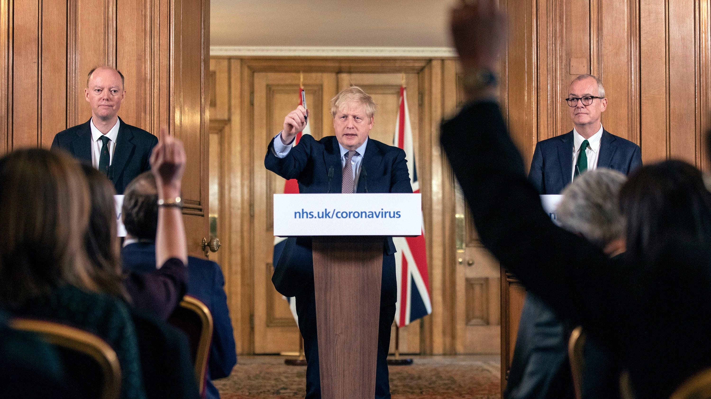 英政府、独自の新型コロナ「集団免疫」戦略を修正へ