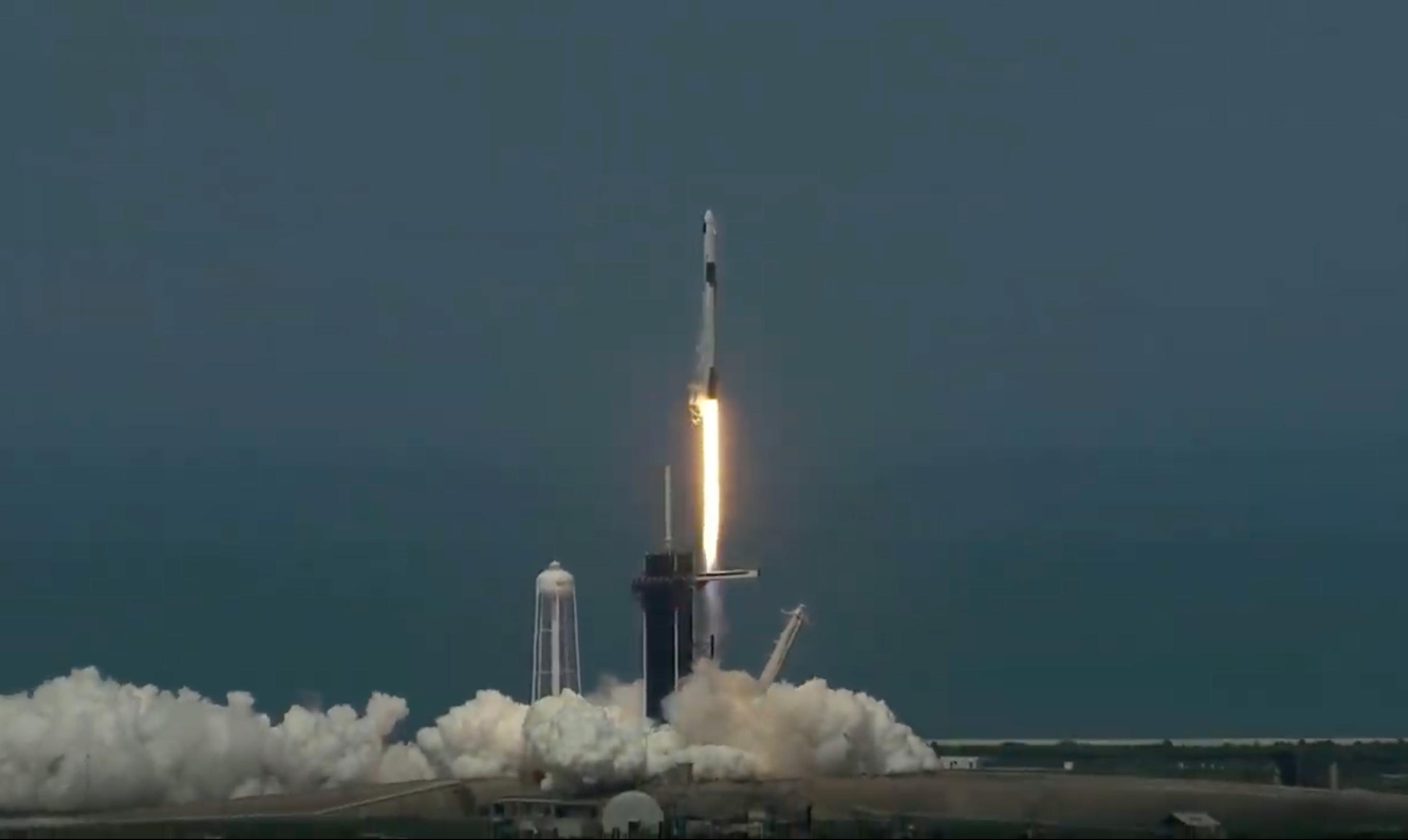 スペースXの有人宇宙船、「民間初」の打ち上げに成功