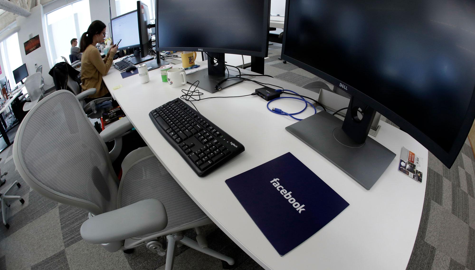 フェイスブックはコンテンツ監視員3万人雇用を、NY大学が提言