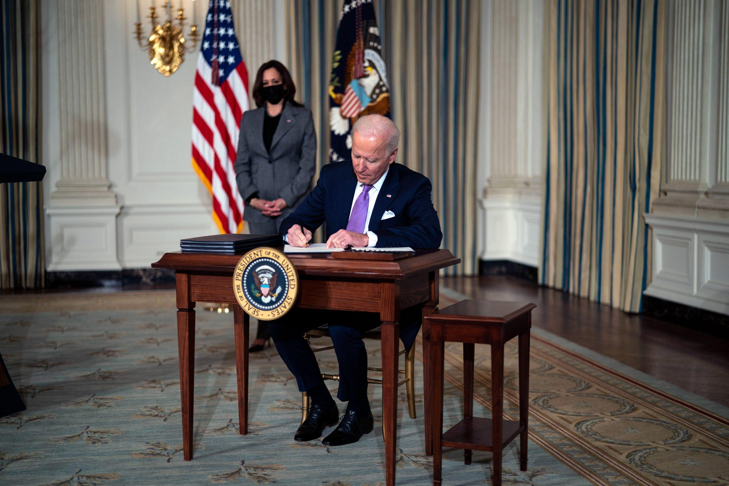 バイデン政権の「爆速」気候変動対策、大統領令をフル活用