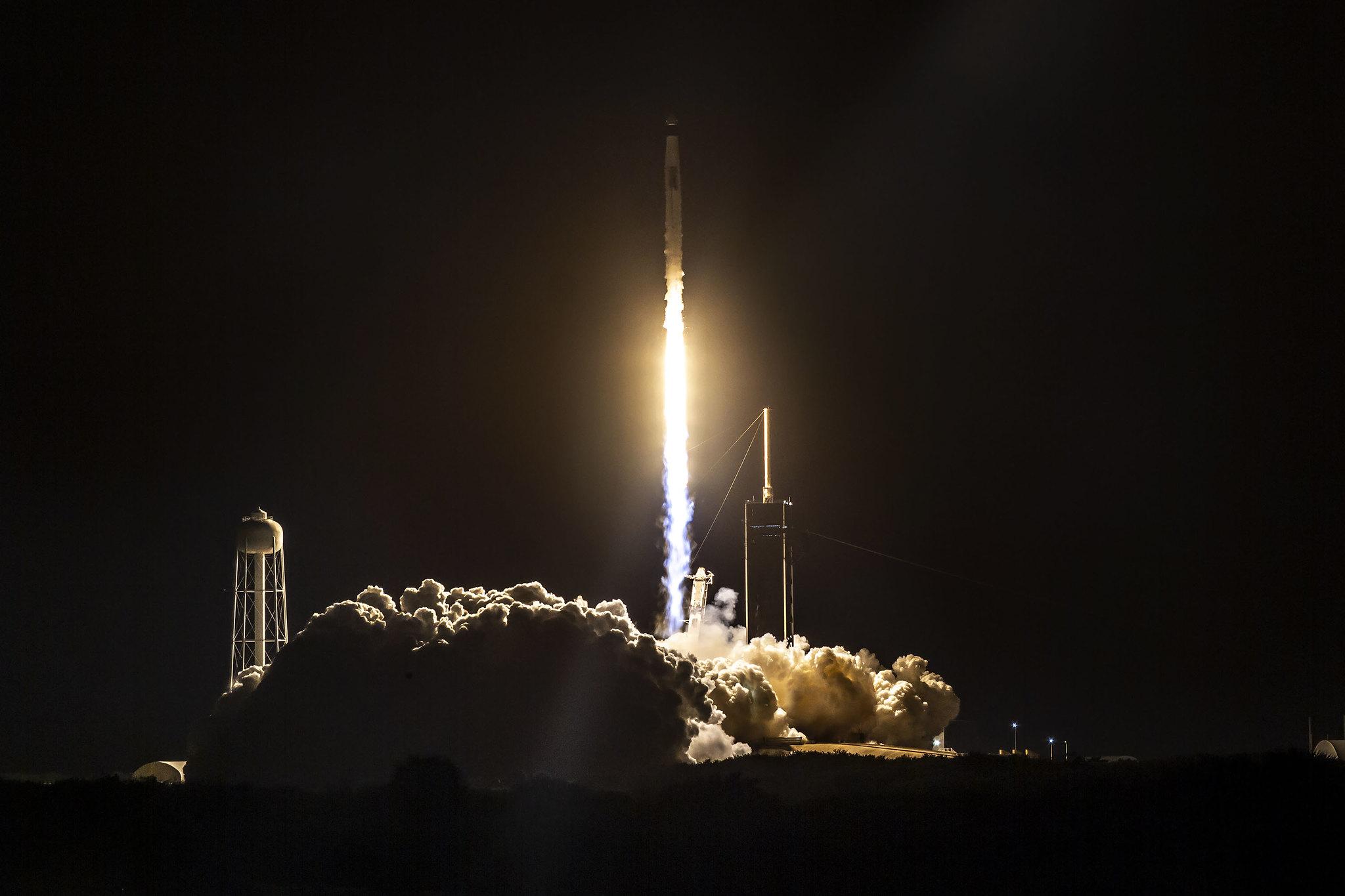 宇宙旅行新時代の幕開け、スペースXが民間人だけの飛行実施へ