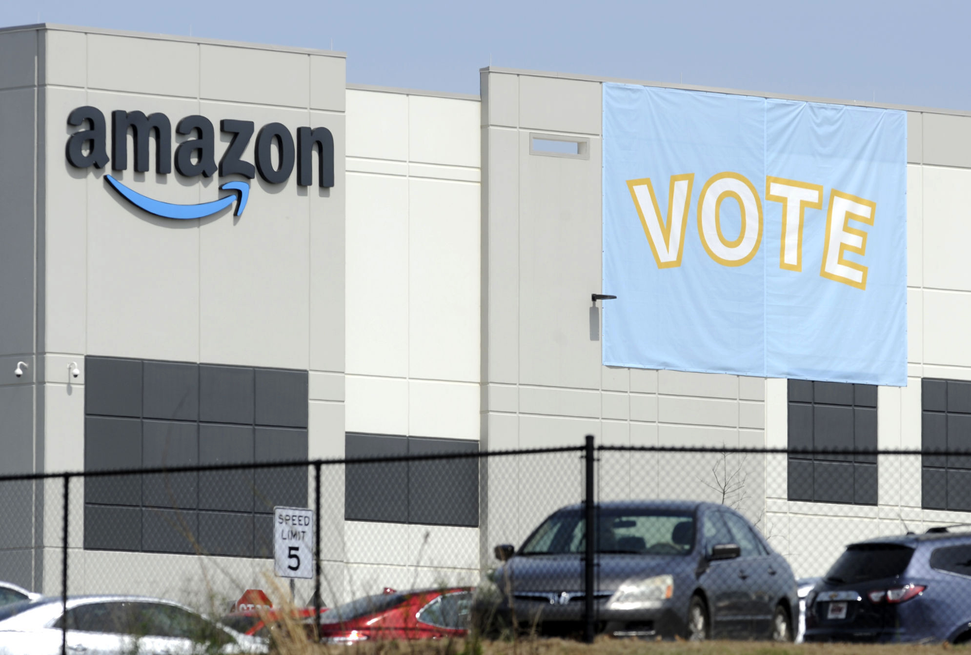 ディープフェイクの 偽「アマゾン社員」登場、 労組結成投票に混乱
