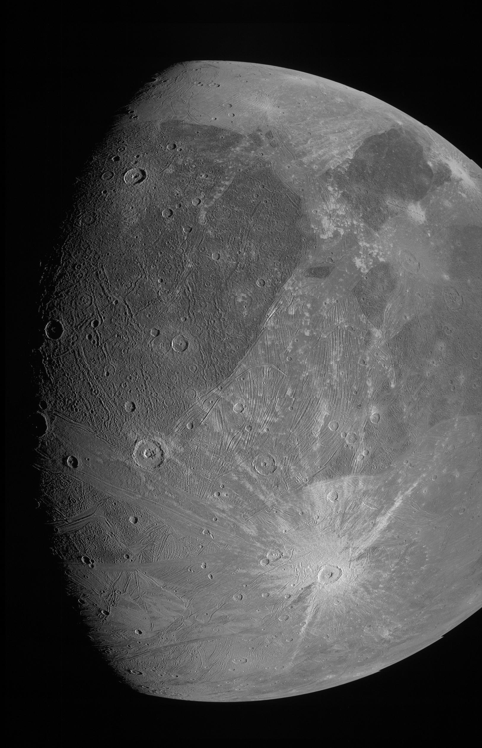NASA探査機が20年ぶりに最接近した「ガニメデ」最新画像