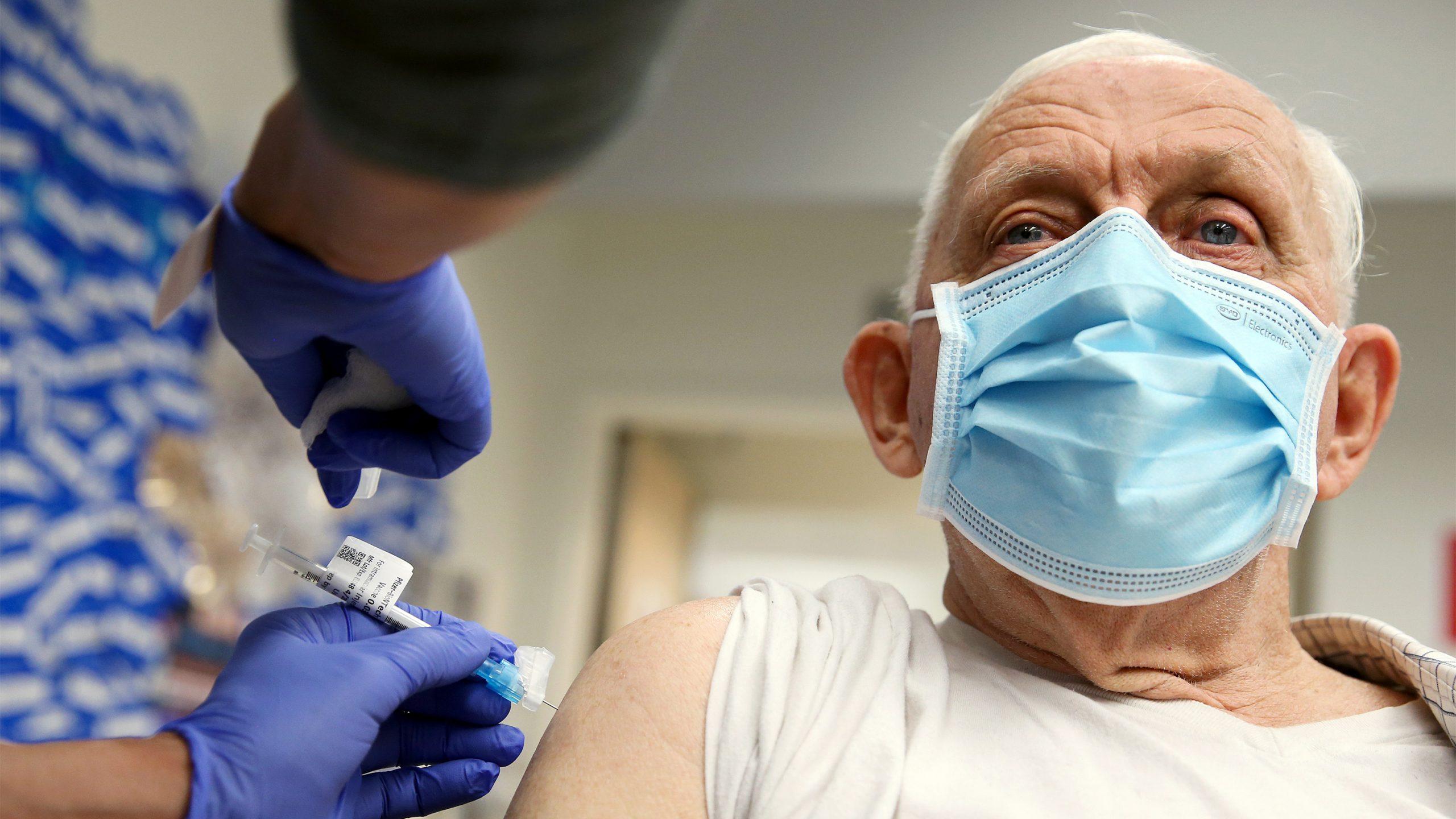 ファイザーがワクチンの追加接種を主張、専門家は「時期尚早」