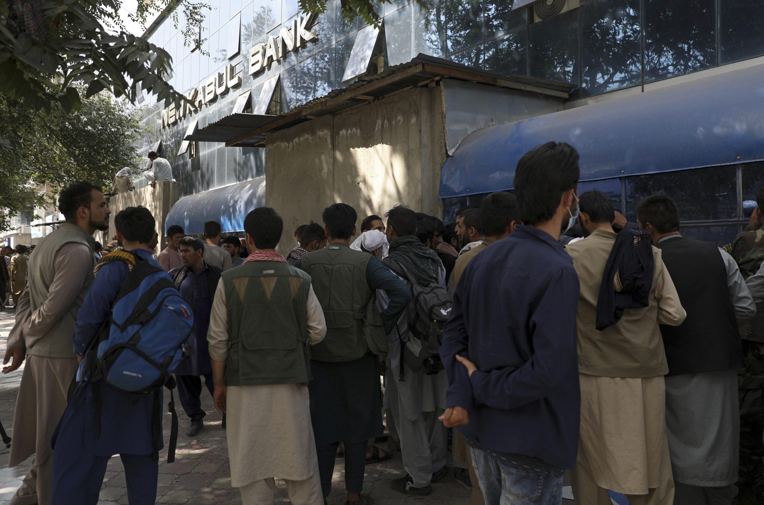 アフガンに迫る現金危機、 銀行デジタル化も水泡に
