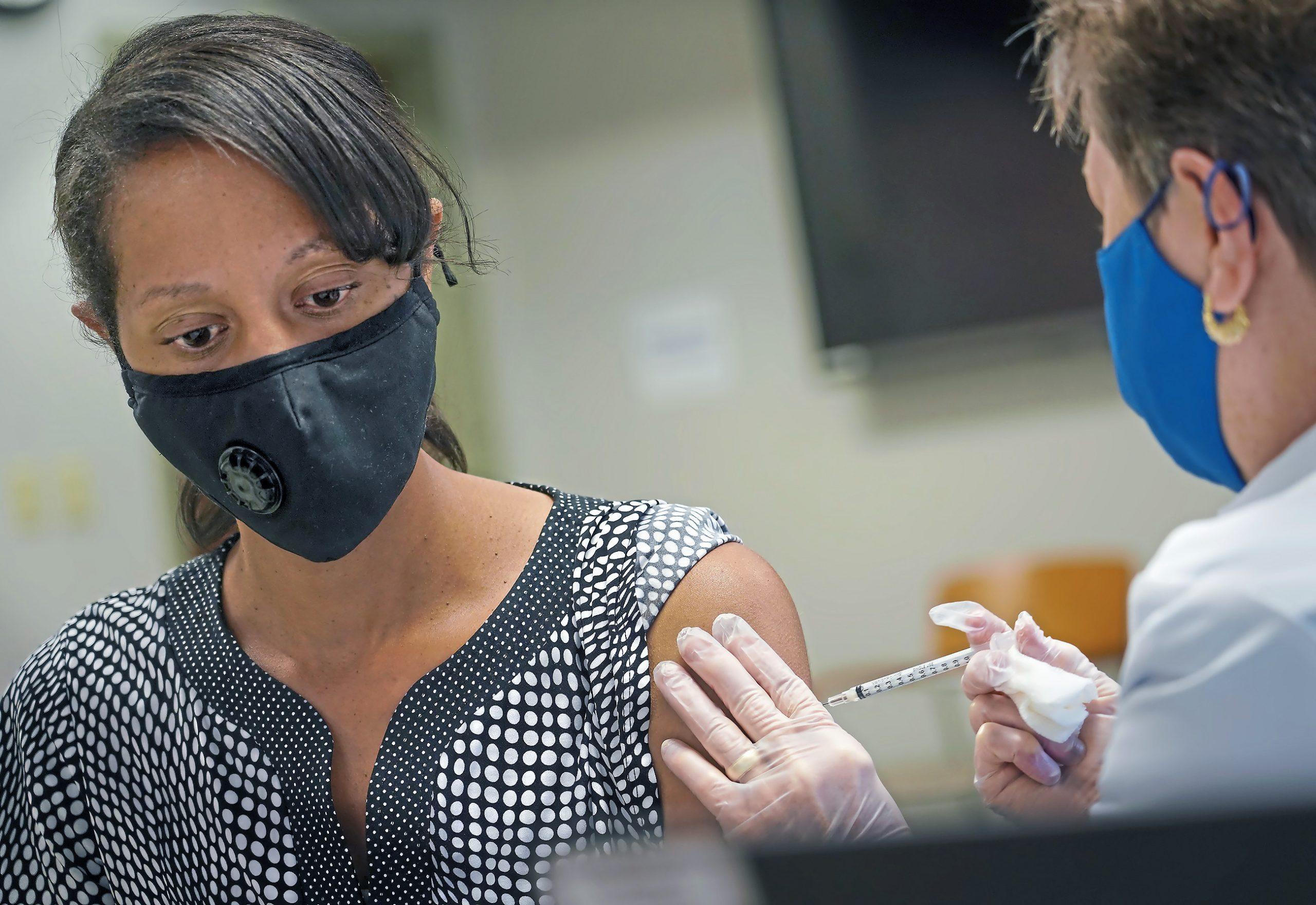 富裕国で進むブースター接種、専門家が語る倫理的問題点